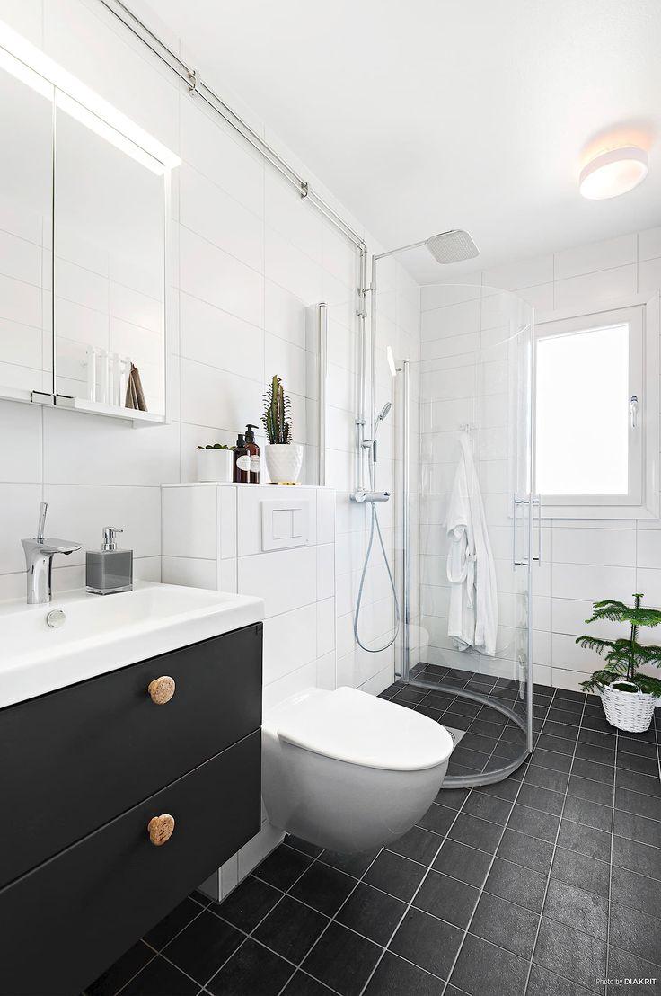 Peppargrå badrumsinredning med snygga knoppar i kork | Ballingslöv