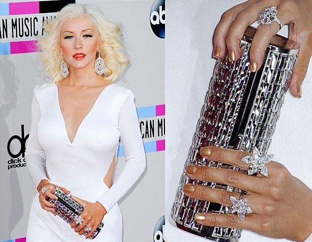 Smalto decisamente color ORO per Christina Aguilera! Per una donna preziosa il giusto colore: http://www.loacenter.com/unghie-nails/smalti/smalto-metallico-cromato.html