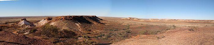 Coober Pedy, connu comme la « capitale mondiale de production d'opale » et par le fait que la plupart des habitants vivent dans des maisons troglodytes.