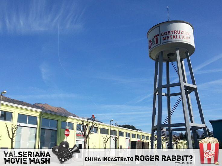 """Gli edifici bassi e regolari di questo scorcio di Ex Olcese ricordano gli esterni dei teatri di posa più celebri, ma è il grande serbatoio che più di ogni cosa richiama gli Studios di Hollywood! In """"Chi ha incastrato Roger Rabbit?"""", l'epilogo avviene nell'immaginaria Cartoonia, in una location ispirata proprio ai mitici Warner Bros Studios. Non è il marchio WB a campeggiare nella foto, ma il logo di O&T Costruzioni Metalliche, bella realtà aziendale nel panorama della carpenteria bergamasca."""