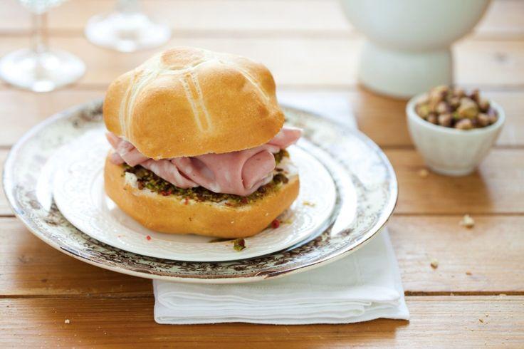 Preparate il pesto di pistacchi: in un mortaio sbriciolate i pistacchi, aggiungete il pepe rosa e amalgamateli con un cucchiaio abbondantedi olio, fino a...