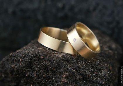 Купить или заказать Золотые обручальные кольца в интернет-магазине на Ярмарке Мастеров. Золотые обручальные кольца с бриллиантом. Поверхность колец матовая. Цена указана за работу над одним золотым кольцом без камня . Стоимость золота рассчитывается отдельно по весу металла. Стоимость камня с закрепкой зависит от породы камня. Стоимость изготовления на заказ в серебре за одно кольцо будет 4 000 руб. (серебро включено в стоимость), без учета камня.