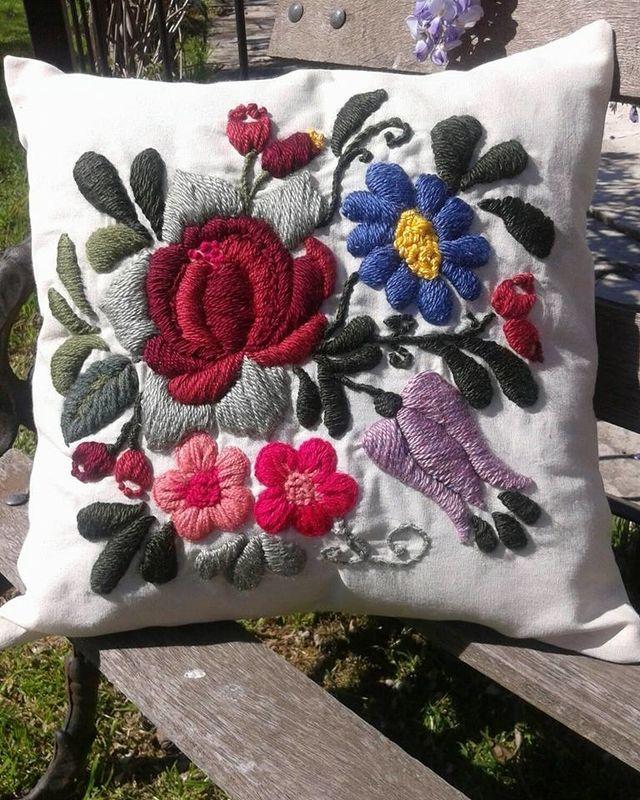 Almohadón de lienzo bordado a mano línea Flores Bohemias Medida 40x40 Funda desmontable Incluye relleno