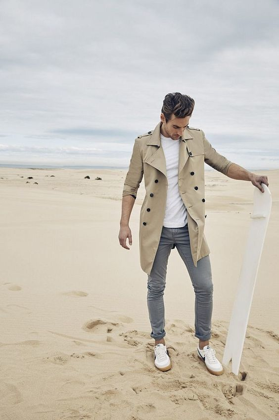 Acheter la tenue sur Lookastic: https://lookastic.fr/mode-homme/tenues/trench-brun-clair-t-shirt-a-col-rond-blanc-pantalon-chino-gris/18584   — Trench brun clair  — T-shirt à col rond blanc  — Pantalon chino gris  — Baskets basses blanches