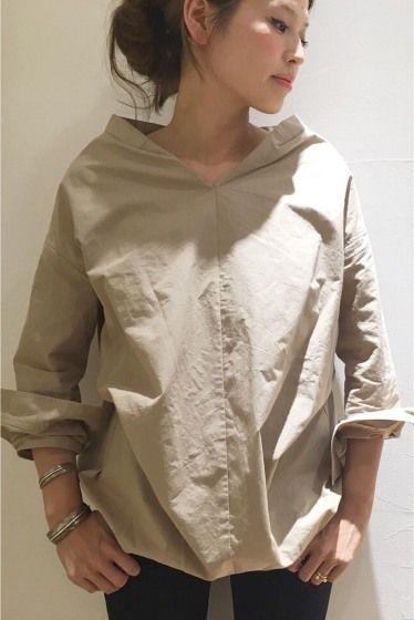 コットンリネン ブルオーバーシャツ  コットンリネン ブルオーバーシャツ 18360 毎年人気のコットンプルオーバーシャツをリネン混の素材でよりラフな印象に ブロークンデニムや落ち感のある素材のパンツ タイトスカートなどどんなボトムにも合わせられます 首の開きもきれいでシャツ素材なのに女性らしさをぐっと引き出せるシャツです 取り扱いについては商品についている洗濯表示にてご確認下さい 店頭及び屋外での撮影画像は光の当たり具合で色味が違って見える場合があります 商品の色味はスタジオ撮影の画像をご参照下さい こちらは追加生産商品です一部画像は旧品番を着用しています実際の商品と仕様加工が若干異なる場合があります またブランドタグのデザインは変更になる場合があります ベージュ着用スタッフ身長:164cm 着用サイズフリー モデルサイズ:身長:165cm バスト:73cm ウェスト:58cm ヒップ:85cm 着用サイズ:フリー