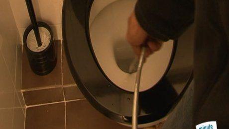 Comment déboucher les toilettes sans ventouse ? Comment déboucher facilement des WC en fosse septique ? Quelle technique de débouchage est plus efficace entre un broyeur et de l'acide ? Dans cette vidéo, Laïd Azzi de Papabricole.com vous donne son astuce pour déboucher les toilettes. Pour ce faire, il vous faut un furet de plomberie que vous trouverez facilement en magasin de bricolage et de sanitaire. Selon l'étendue du dégât et pour un débouchage facile de vos wc, vous pouvez verser…