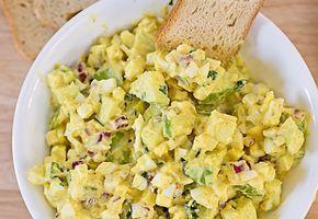 Egyszerű és olcsó recept, a hétvégi reggeliken is megállja a helyét! :) Hozzávalók: 5 főtt tojás 1 lila hagyma 1 kígyóuborka 4 evőkanál majonéz 2[...]