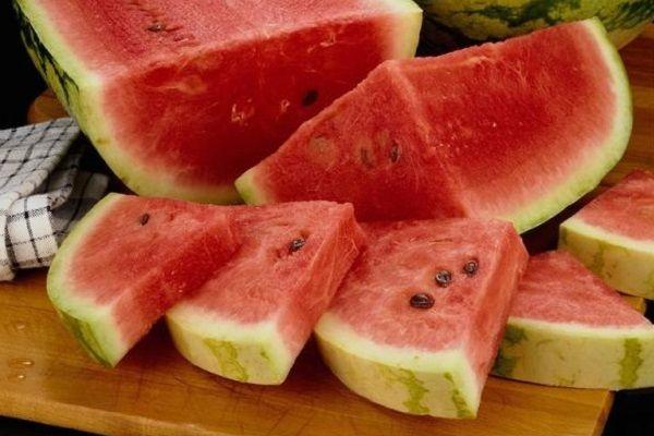 Často se mi stávalo, že jsem koupila meloun, který byl zcela bez chuti. Pak jsem objevila tento trik a nyní si umím v obchodě vždy vybrat ten nejsladší! - ProSvět.cz