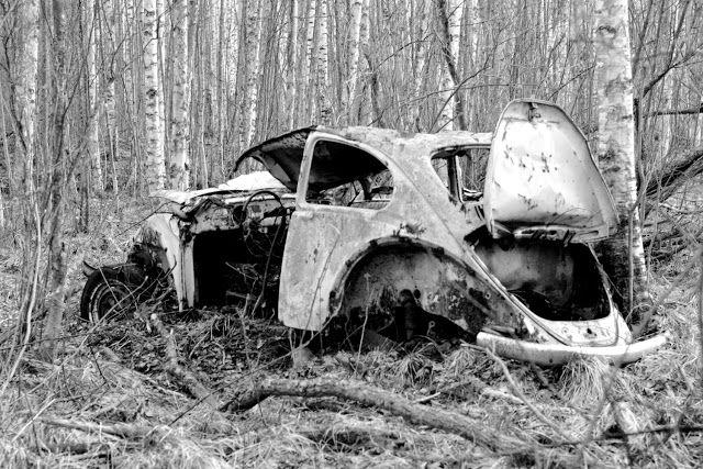Abandoned car by Satu Laaninen, Herkkupurkki: Keväistä rappio- ja perusromantiikkaa