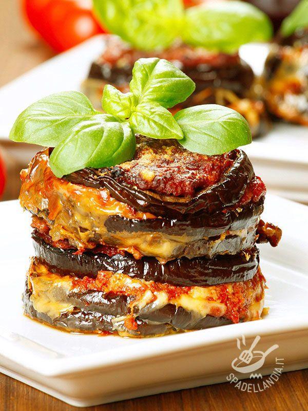 Le Melanzane al forno con mozzarella e pomodoro sono una torretta a strati farcita di gusto, sapore e bontà. Rigorosamente al forno, come da tradizione!