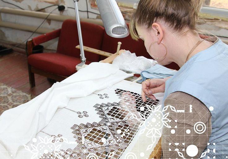 В настоящее время на производстве заняты 55 человек, большая часть из которых молодежь – ученики вышивальщиц. Среди них также работают опытные специалисты, которые вернулись на производство и передают свои знания новому поколению. Вышивальщицы перенимают навык создания неповторимого узора вручную и с использованием уникальных швейных машин. Планируется, что до конца года на фабрике будут трудиться 100 человек.  #krstrochka #kr_strochka #krestetskayastrochka #KS