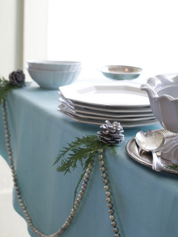 Cool Christmas Table Decoration-Don't forget to add some style to your buffet table. This simple garland with pinecone is simple and elegant.