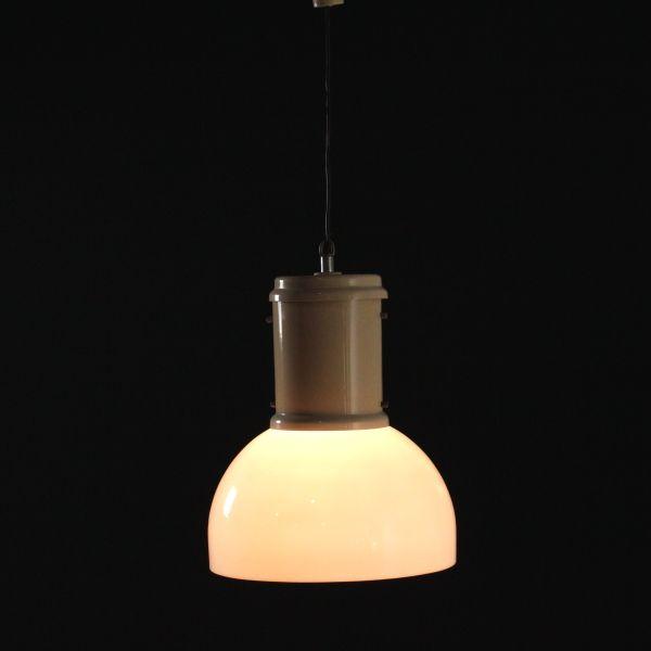 Lampada anni 60-70 a soffitto; alluminio laccato, diffusore in plexiglas. Buone condizioni; presenta piccoli segni di usura.