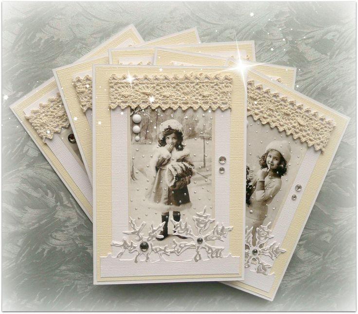 """Přání k Vánocům 1. (sada na přání) Vánoční retro přání velikosti A6. Základem je bílé scrap přání, dozdobené kvalitní texturovanou čtvrtkoua dětským motivem """"Pion design"""". Dozdobeno krajovým vločkovým výsekem a vintage krajkou smetanové barvy. Detaily jsou zdobeny liquid pearls a nalepovacími perličkami a kamínky. Součástí je obálka a celofánový obal ..."""
