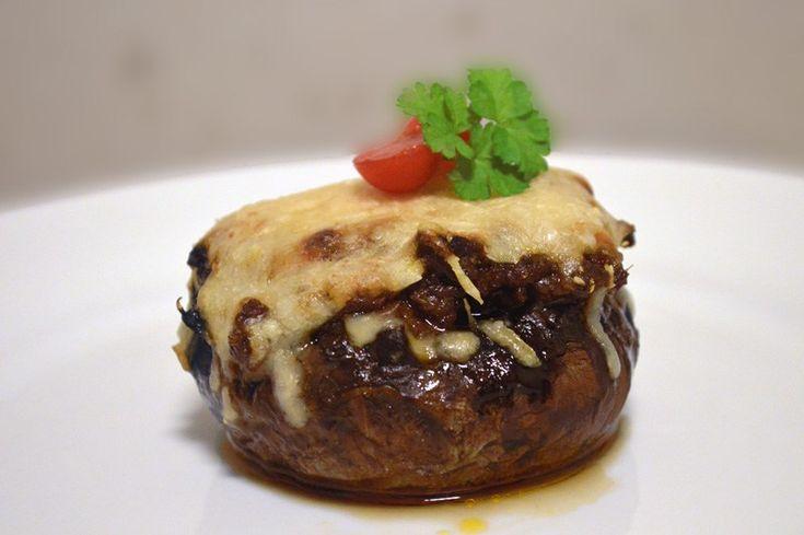 Gratinert portobello fylt med kjøttsaus. Filled portobello mushroom with meatsaus.