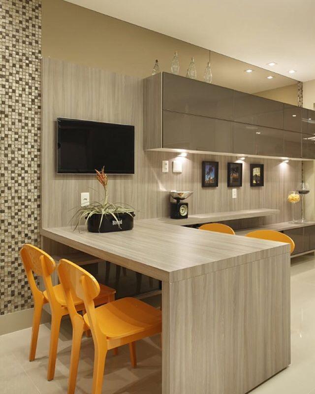 Cozinha l Marcenaria clara, cadeiras laranjas e iluminação pontual valorizou…