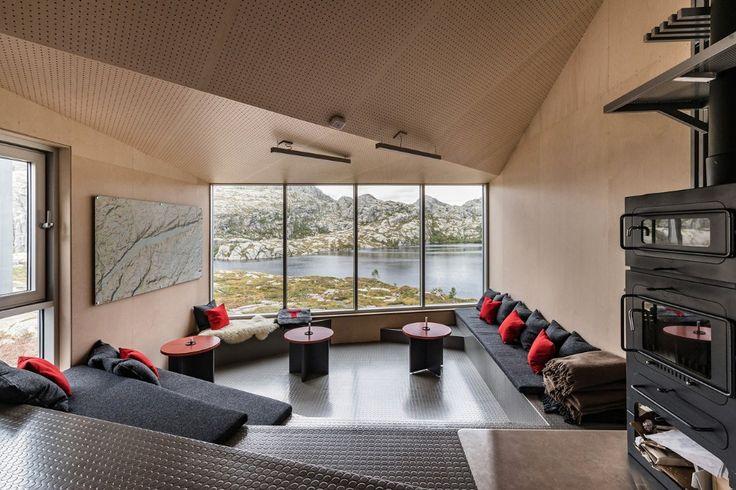 Lo studio norvegese KOKO architects ha progettatoSkåpet Mountain Lodges aSoddatjørn, un rifugio di montagna di facile manutenzione costruito con materiali prefabbricati.
