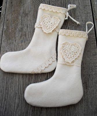 Moski: Wool stockings with crochet hart. Julestrømper av ullkåpe dekorert med heklet hjerte