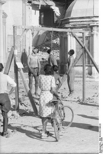 """Luigi Nicolò e Adelio Pagliarani impiccati pubblicamente dai nazifascisti il 16 Agosto 1944 a Rimini nell'allora Piazza Giulio Cesare (oggi ribattezzata a seguito dell'accaduto """"Piazza Tre Martiri"""")"""