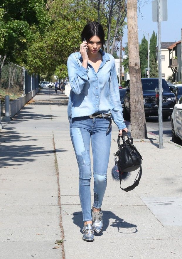 Kendall Jenner  com look all jeans. Com uma calça patchwork,  bucket bag, pelucinha da Fendi e  sapato prata .