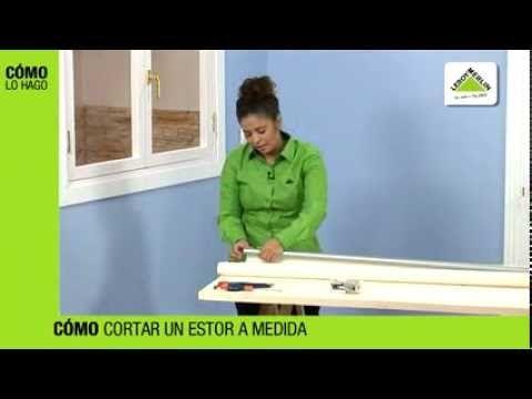 Para cortar un estor enrollable a la medida de tu ventana quita los tapones y el contrapeso y enrolla la tela en el sentido inverso hasta llegar al tubo supe...