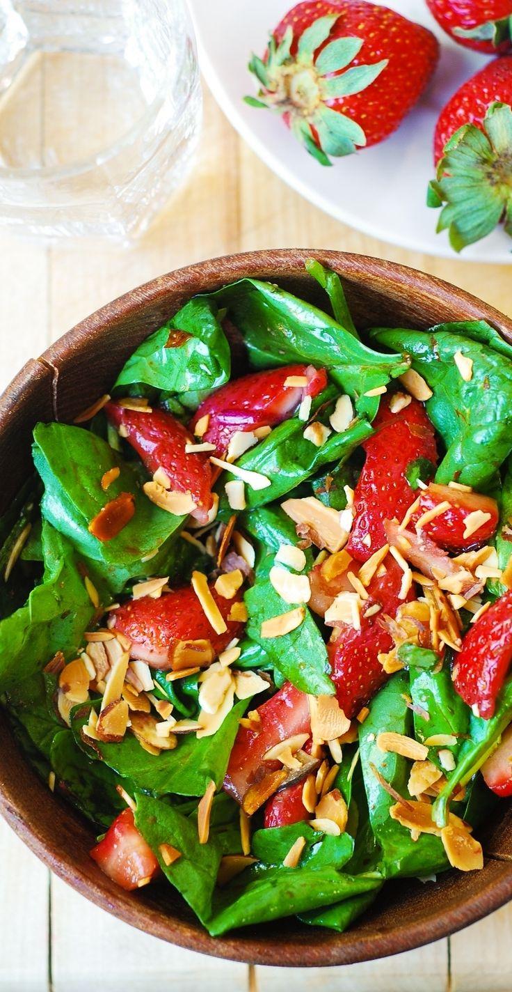 Spinazie salade met geroosterde amandelen- #Verstegen #salade #gezond #aardbeien