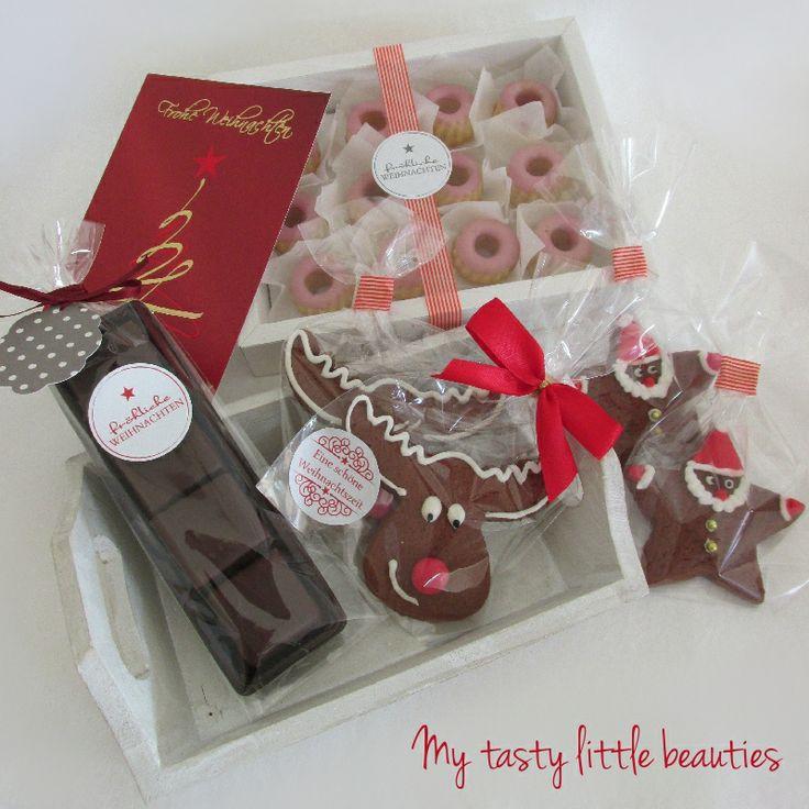 Weihnachtsmann und Rudolf Lebkuchen, weiße Glühweingugl mit rotem Glühweinguss und Kokos-Ananas Dominosteine.