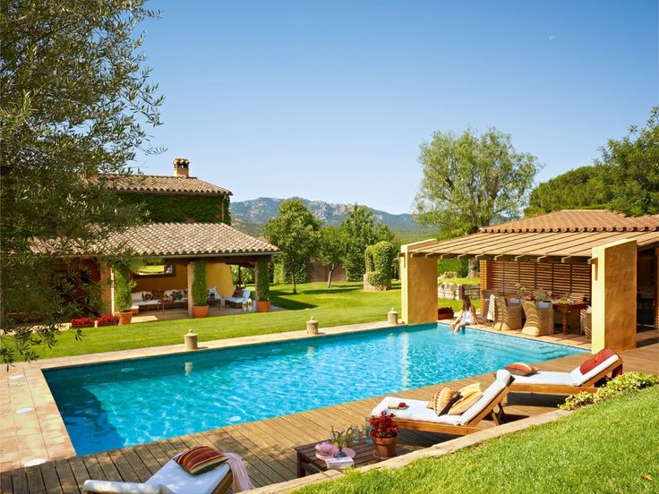 Jardín con piscina y un estar y un comedor de verano