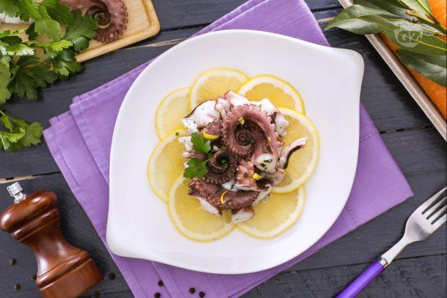 L'insalata di polpo è un gustoso e fresco antipasto della cucina mediterranea. Il polpo viene fatto bollire e condito con limone, olio e prezzemolo.