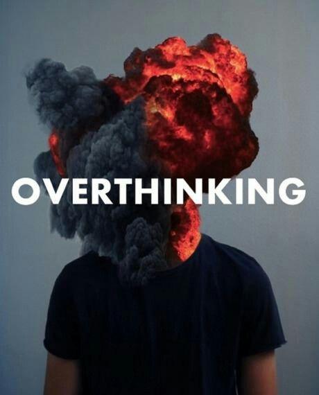 """Estampa de camiseta com a frase """"overthinking"""" sobre a representação de um vulcão explodindo na região de onde seria uma cabeça."""