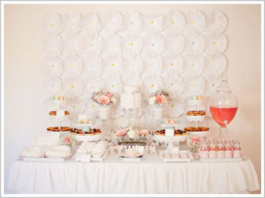 Una preciosa mesa para una fiesta Primera Comunión - blanca y delicada, con acentos de color! / A lovely table for a First Communion party! White and delicate, with accents of colour...