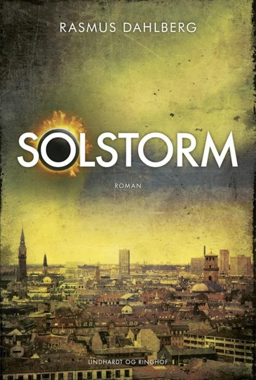 SOLSTORM viser med skræmmende klarhed, hvad der sker, når katastrofen skræller det tynde lag af civilisation væk og slipper vildskaben og uforudsigeligheden løs i vores moderne samfund. Følg link for læseprøve
