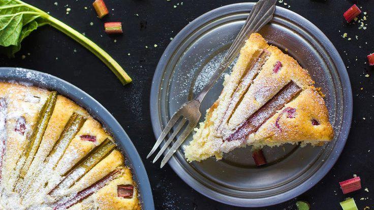 En enkel og god oppskrift på frisk hjemmelaget pai med rabarbra. Ha vanilje i paien og server med krem eller vaniljeis. Den passer like godt til dessert som til kaffekosen.