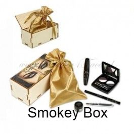 Karaja Smokey Box is een super complete make-up box met: 24H Mascara Jet Black Eyeliner Smokey 3D Eye & Brow Basic en een Spiegel. Die wil je gewoon hebben!!! www.beauty4face.nl