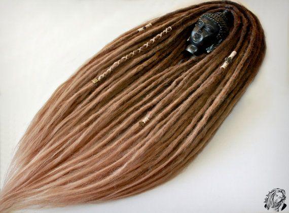 Dreadlocks ont,(as brushes) extrémités de forme libre, qui sont similaires à des cheveux naturels. Léger, très très douce et le volume. Longueur - 55-60cm/21-23 pouces Diamètre - 1 cm / 0,4 pouces  Avant vous est un ensemble unique de la dread fait par notre travail manuel. Tous nos jeux est faits de fibres synthétiques de haute qualité imitant les cheveux naturels. Ces dreadlocks peuvent être lavés plusieurs fois. Pour ce faire, vous avez besoin d'une solution savonneuse (eau + vot...