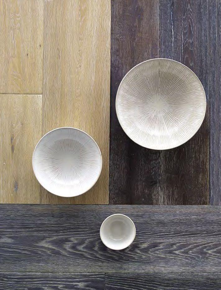 Al Tacto Es un piso, pero por su belleza y características podría ser una mesa. Estas referencias de Attmosferas, con la riqueza de sus vetas y texturas, decoran por sí solas un espacio; opciones para todos los gustos en variadas formas y tonos naturales. Acogedora, cálida y envolvente, la madera es hogareña. No hay nada como estar en casa… y quitarse los zapatos.