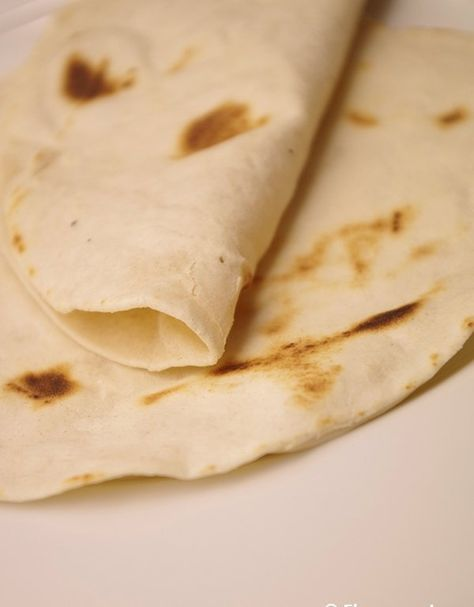 Recept på Tortillabröd – baka tortillas. Enkelt och gott. Tortilla är en vanlig maträtt i Mexico och Centralamerika. En deg av majsmjöl klappas ut till tunna kakor, vilka steks på en het häll. Stekningen sker två gånger på ena sidan och en på andra, vilket gör att brödet blåser upp sig. I spansktalande länder är dock den mest populära varianten tortilla española, som baseras på ägg, potatis och lök. Här är recept är baserat på vetemjöl och du gräddar enkelt bröden i stekpanna.