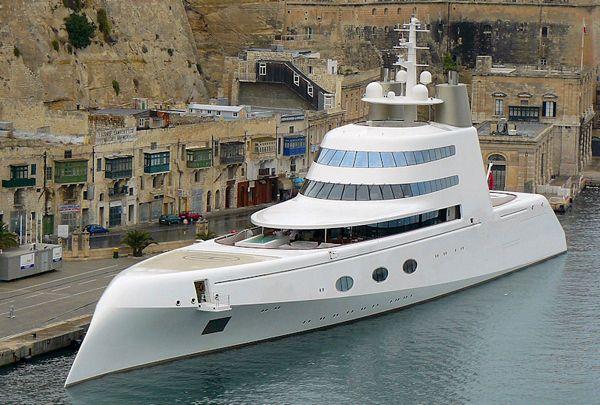 Superyacht A – $323 millions  Un nom pas très original « Superyacht A« , mais un design qui l'est beaucoup plus! Ce super yacht a été inspiré par un sous marin de guerre et a été dessiné par l'agence Blohm + Voss de Hambourg. Il appartient au couple de milliardaires russes Andrey et Aleksandra Melnichenko