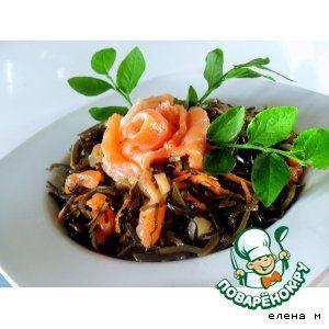 Салат из морской капусты с красной рыбой