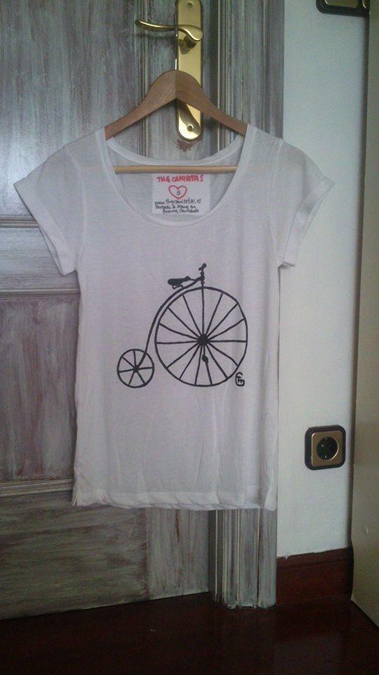 """Camiseta pintada a mano con diseño de """"Bicicleta Antigua"""" más info y ventta en www.thgcamisetas.es"""