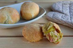 Ricetta per realizzare dei panini di pan brioche ripieni di zucchine, speck e mozzarella.