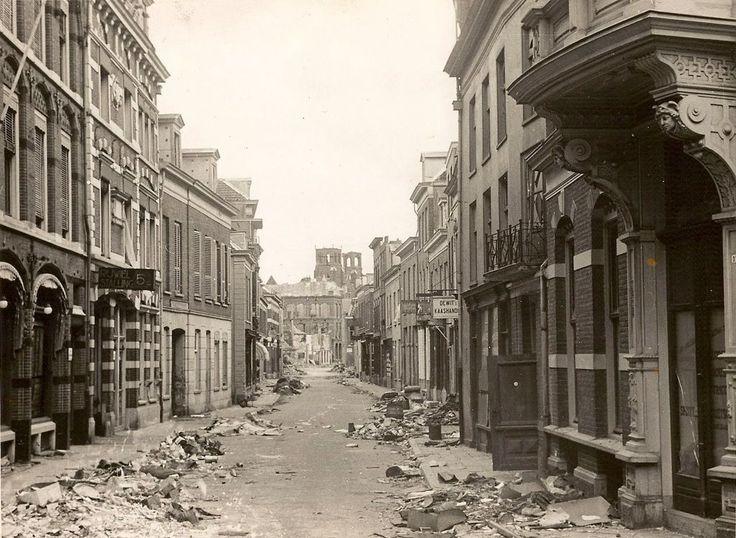 Arnhem 1946: De foto is gemaakt vanuit de Beekstraat op het punt waar Beekstraat, Koningstraat en Land van de Markt bij elkaar komen. Goed te zien is de schade die de Twwede Wereldoorlog heeft aangericht.