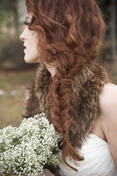treccia a spina di pesce per acconciatura sposa su capelli ricci