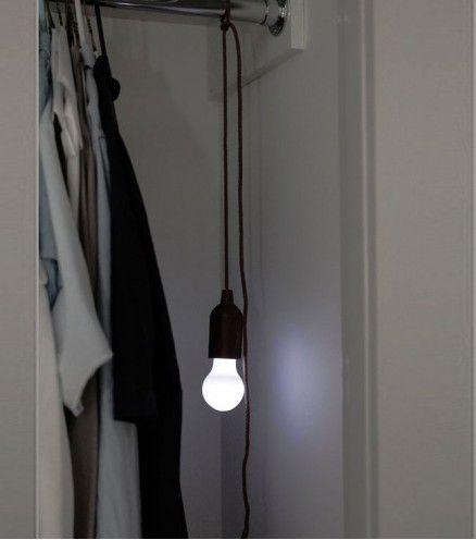 Cette lampe est ultra pratique et vous fait sortir de l'obscurité qu'importe l'endroit. Sans branchement, accrochez-la où vous en avez besoin.