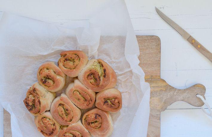Brood bakken met kinderen is superleuk. Helemaal als je deze lekkere pesto broodjes maakt.