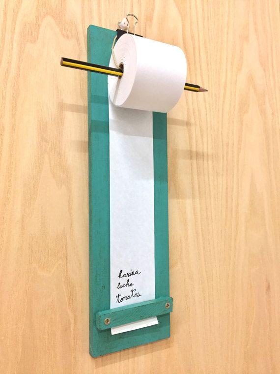 Haz tu lista de la compra en esta práctica tablilla con un rollo de papel. Anota todas las cosas que falta comprar, tareas por hacer, etc. Cuélgalo en la cocina, junto a la despensa, al lado de la nevera, junto al escritorio... Realizada en madera DM y con un rollo de papel de 50 m. Medidas aprox. 35 cm x 10 cm x 7 cm  Bolígrafo no incluido