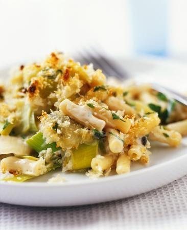 Bereiden: Kook de macaroni beetgaar in zout water, laat schrikken en uitlekken. Blancheer de preiringen even in kokend zout water, laat schrikken en uitlekken. Pel de knoflook en snijd in dunne schijven. Vermeng prei, basilicum, pasta en knoflook, kruid met zout, peper en nootmuskaat. Doe dit in een vuurvaste schaal.