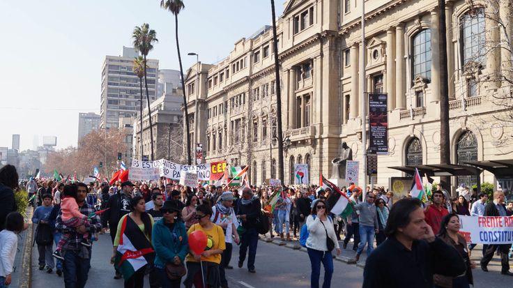Contra la guerra en Franja de Gaza, la comunidad Palestina en Chile desfiló por las calles de Santiago.