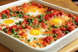 Os ovos à flamenca são de origem cigana, feito com legumes e embutidos. No Brasil, é conhecido como ovos no purgatório. Experimente!