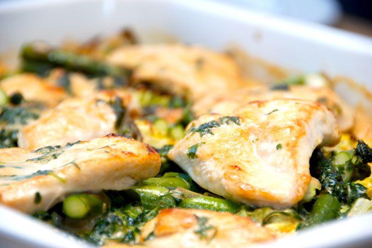 Se den nemme og lækre opskrift på kylling i fad med spidskål, nye kartofler og asparges. Dansk sommermad, der tilberedes i et ovnfast fad. Kylling i fad med spidskål er nem mad med masser af smag. …
